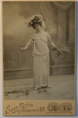 Vintage cabinet card photo : Beautiful young woman in summer dress and hat 1900