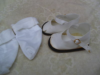 Alte Puppenkleidung Schuhe Vintage White Lashed Shoes Socks 60 cm Doll 9 1/2 cm