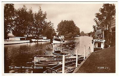 R.p. Postcard Hipperson Boat Builder-Boat Passing-The River Waveney-Beccles 1937