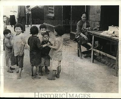 1941 Press Photo Children on street of Chungking being aided by Americans