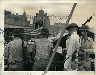 1937 Press Photo US Marines approach pier at Shanghai to strengthen US stationed