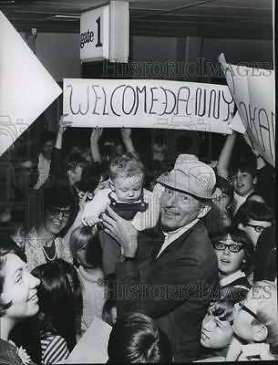 1967 Press Photo Actor Danny Kaye with Darin Huntley in Spokane with Crowd