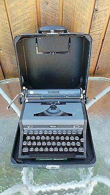 Antique ROYAL QUIET DELUXE Typewriter with Case