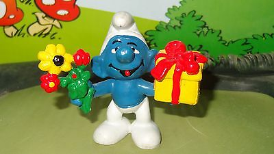 Smurfs Gift Smurf with Flower Bouquet & Present Rare Vintage Display Figurine
