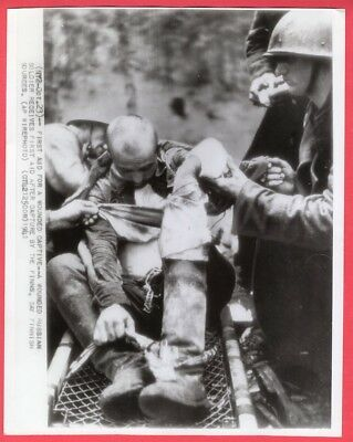 1941 Finns Giving Medical Aid Russian Soldier POW Finland Orig. News Wirephoto