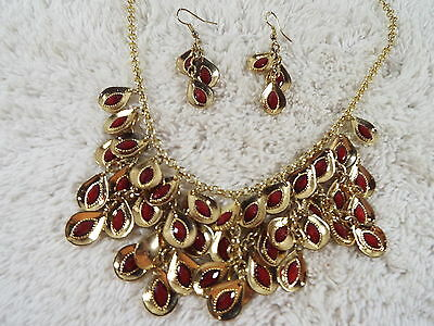 Goldtone Red Teardrop Pendant Bib Necklace + Pierced Earrings Parure (D65)