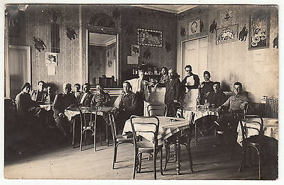 Carte Postale Photo A Determiner  Interieur De Bar Photo Petain Sur Le Mur