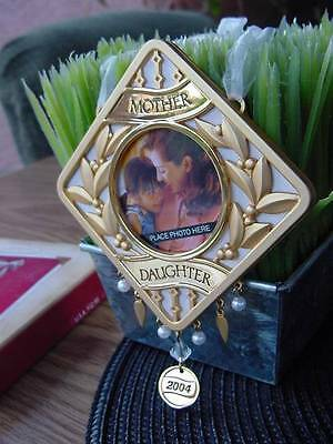 2004 HALLMARK MOTHER & DAUGHTER CHRISTMAS ORNAMENT gold metal Photo Holder NEW