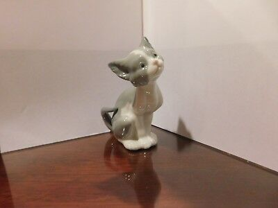 LLADRO DAISA 1981 CAT FIGURINE - FEED ME - # 5113  SPAIN RETIRED -Mint Condition