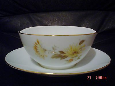 RC Japan 409 CALISTA Sauce Gravy Boat With Attached Saucer