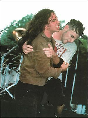Pearl Jam Eddie Vedder 1991 onstage with Morrissey fan 8.5 x 11 pinup photo
