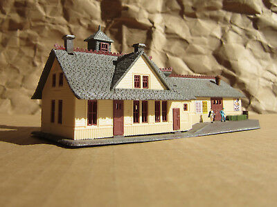 RETIRED ~ COMBINATION STATION with FIGURES ~ N Scale Lot ~ Mayhayred Trains