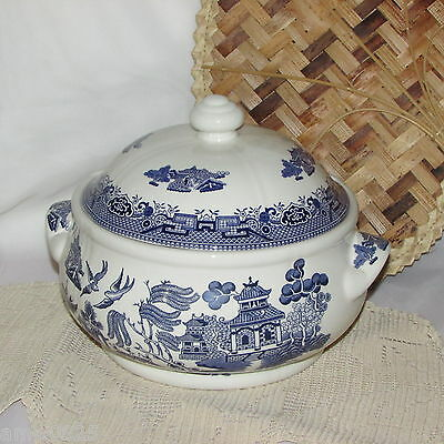 Blue Willow Round Covered Vegetable Bowl Churchill England Excellent