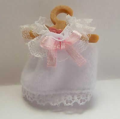 SYLVANIAN FAMILIES SPARES * BABY WHITE DRESS + HANGER * COMBINED P+P NEW  (sy4)
