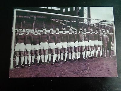 """MANCHESTER UNITED PLAYERS Line up inbetween Goalposts  early 60s 6""""x4""""  REPRINT"""