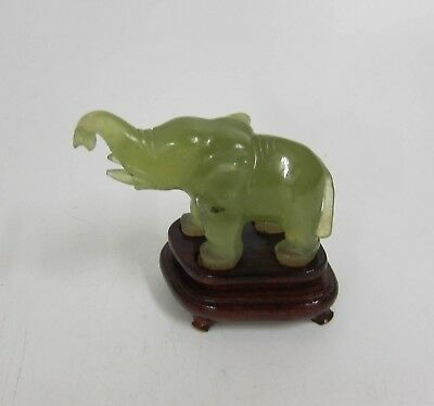 Elefant auf Holz Podest China Jade