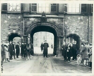 1930 Press Photo Police Guard Palace Gate of The Hague 1930s Netherlands