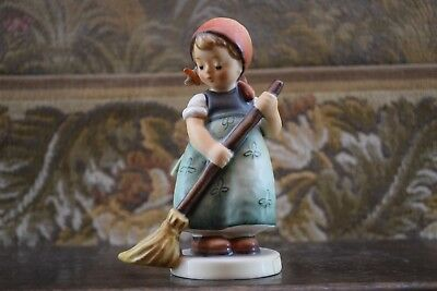 "GOEBEL-Germany, HUMMEL-FIGUR ""KEHRLIESL Little Sweeper"" 12 cm H. HANDBEMALT, Top"