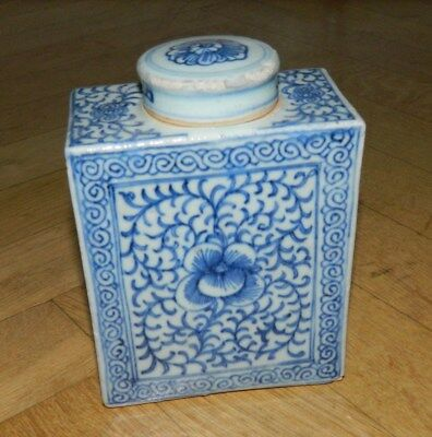 Chinese tea caddy with lid and blue organic decorations early 19th. century