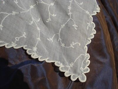grand châle en  mousseline brodée - TBE antique embroidered muslin shawl VGC