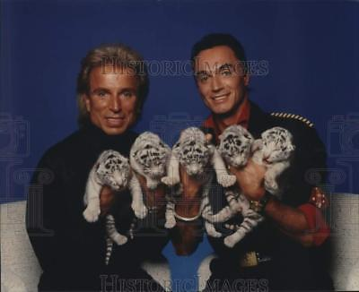 1992 Press Photo Entertainers Siegfried and Roy hold baby white tigers