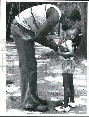 1978 Press Photo A father kisses her daughter - nob47538