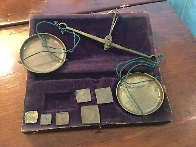Small antique boxed apothecary handheld brass scale with 5  DRACHM weights