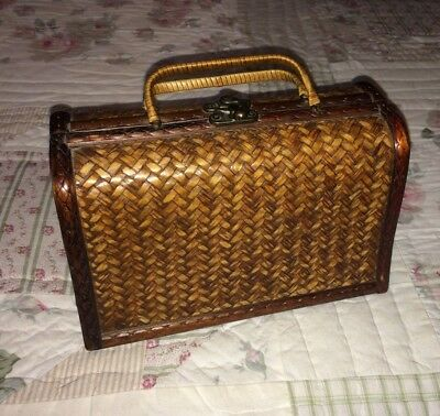 Small vintage whicker woven hand bag. 1940s.
