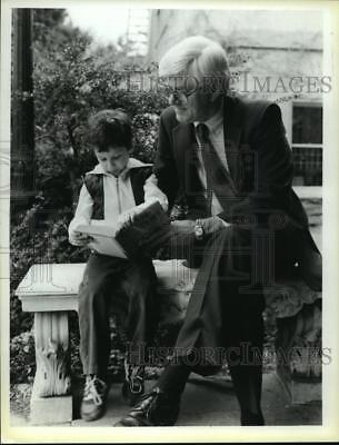 1986 Press Photo Phil Donahue looks over the shoulder of Ryan Rossito