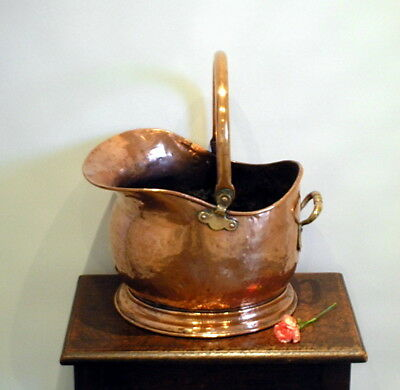 Victorian copper coal scuttle. 24 cm high. 19th century fireside coal store.
