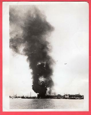 1937 Japanese Destroyer Shelling Port Shanghai China 7x9 Original News Photo