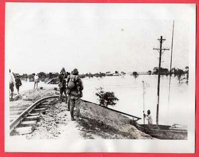 1938 Japanese Soldiers View Yellow River Flood Near Kaifeng China 7x9 News Photo