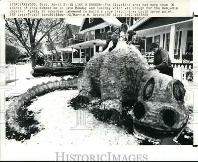 1987 Press Photo Benjamin Jagersen family build snow dragon after 16 inches fell