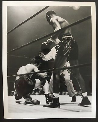 Wonderful Photograph The Legendary Sugar Ray Robinson Ko'S Fritzie Zivic 1942!!