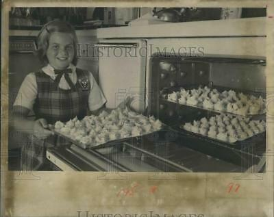 1976 Press Photo Lesly Long made a meringue cookies  - RSH20317