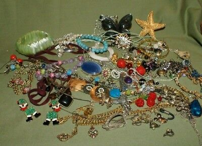 Mixed lot of vintage and later costume jewellery.
