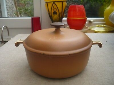 Le Creuset caramel large cast iron csserole dish with lid and handals 26cm