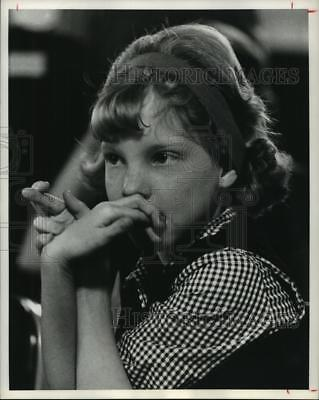 1963 Press Photo Young girl hopefully crosses fingers at Houston Cat Club show