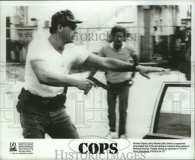 1989 Press Photo Rookie Deputy Jerry Wurms and suspect on Cops, on Fox.