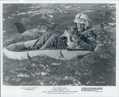 1975 Press Photo Dick Van Dyke Reads Survival Manual in Raft by Shark Disney