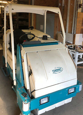 Tennant 8300 Sweeper Scrubber, low hours