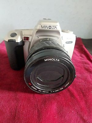 MINOLTA 404si DYNAX 35mm SLR CAMERA WITH A MINOLTA ZOOM LENS, 1 : 4-5.6, 35-80mm