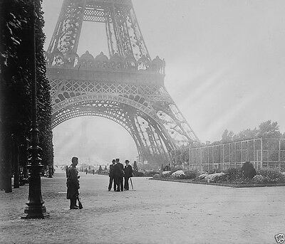 French soldier guarding the Eiffel Tower Paris 1914 World War I 8x10 Photo