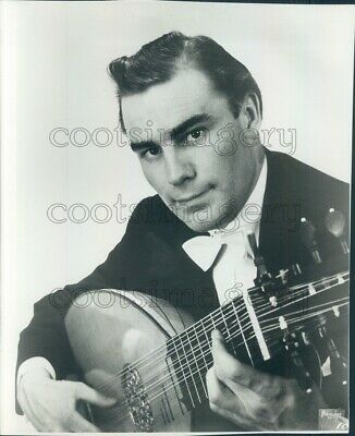 1966 Press Photo Julian Bream Playing Unknown Stringed Instrument 1960s