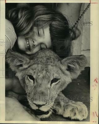 1972 Press Photo Christina Huggins Nuzzles Lion At Her Home in Houston.