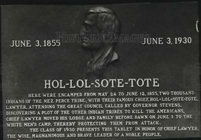 1930 Press Photo Bronze Plaque on Whitman College as a memorial to Chief Lawyer