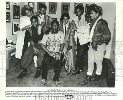 1986 Press Photo Malcolm-Jamal Warner, Bill Cosby with the members of Five Star