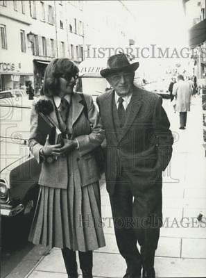 1976 Press Photo 84-Year-Old Actor Charles Vanel & Wife Walk Nice Streets
