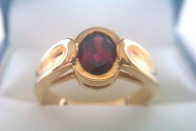 Beautiful Vintage 9ct Gold & Garnet Ladies Ring 2005