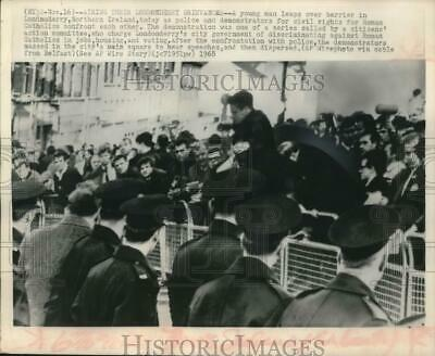 1968 Press Photo Police and Catholic civil rights demonstrators in Londonderry